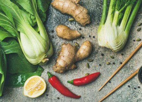 Asiatisches Gemüse, Wie Z.B. Ingwer, Mit Gewürzen Und Stächen Auf Tisch