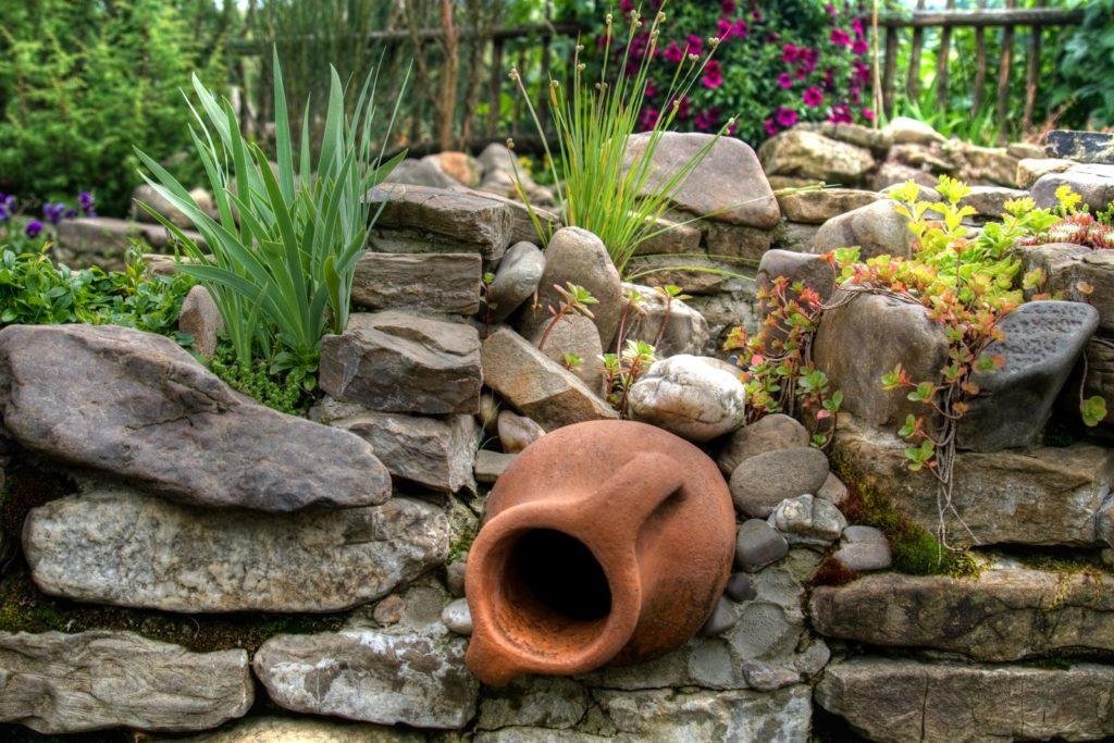 Bepflanzter Steingarten mit Amphore