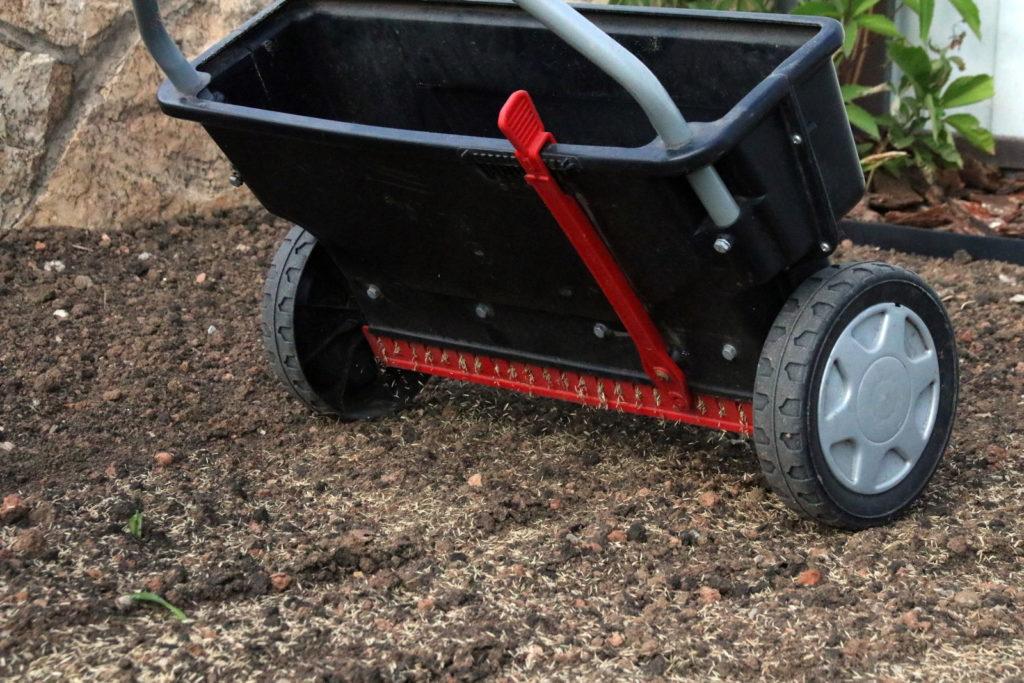 Rasen säen mit Streuwagen