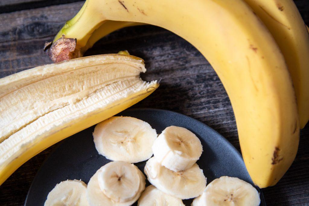 Bananenschale mit Banane auf Teller