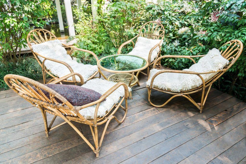 Rattan-Gartenmöbel auf einer Terrasse
