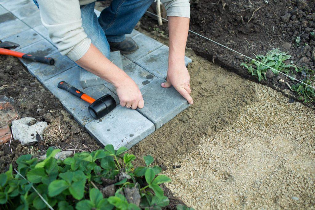 Gartenweg mit Steinplatten wird gebaut