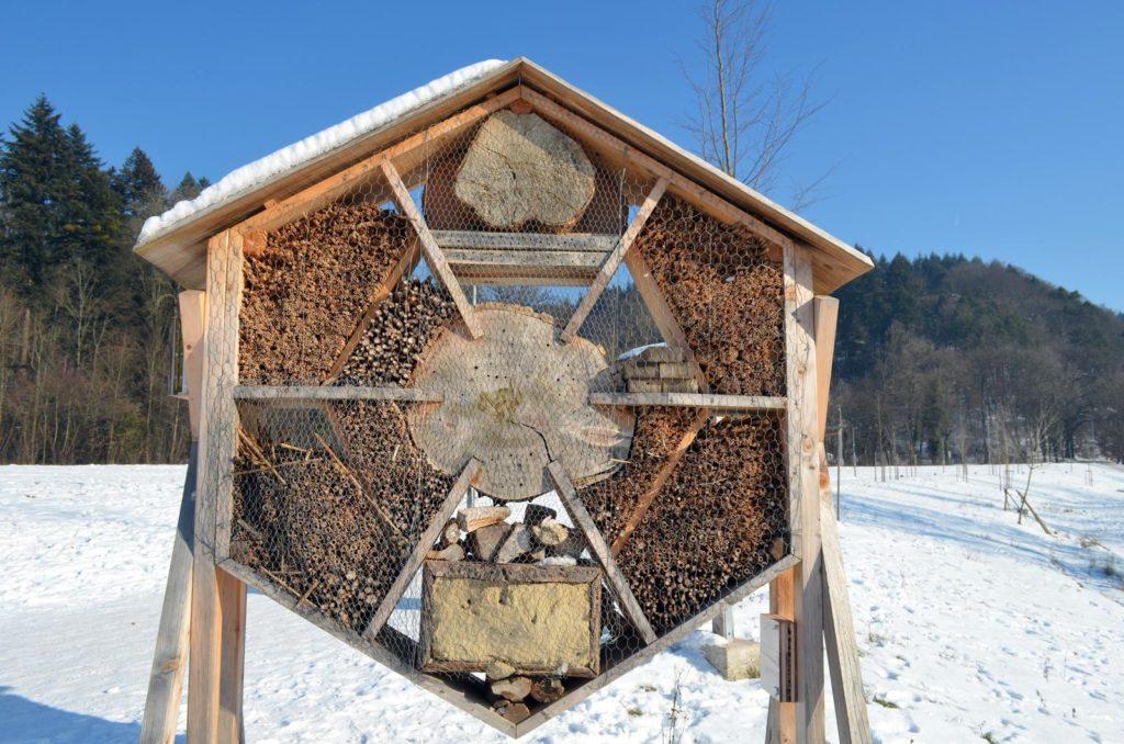 Insektenhotel auf verschneiter Wiese