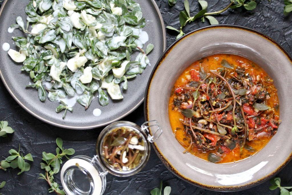 Gerichte mit Portulak in Tellern
