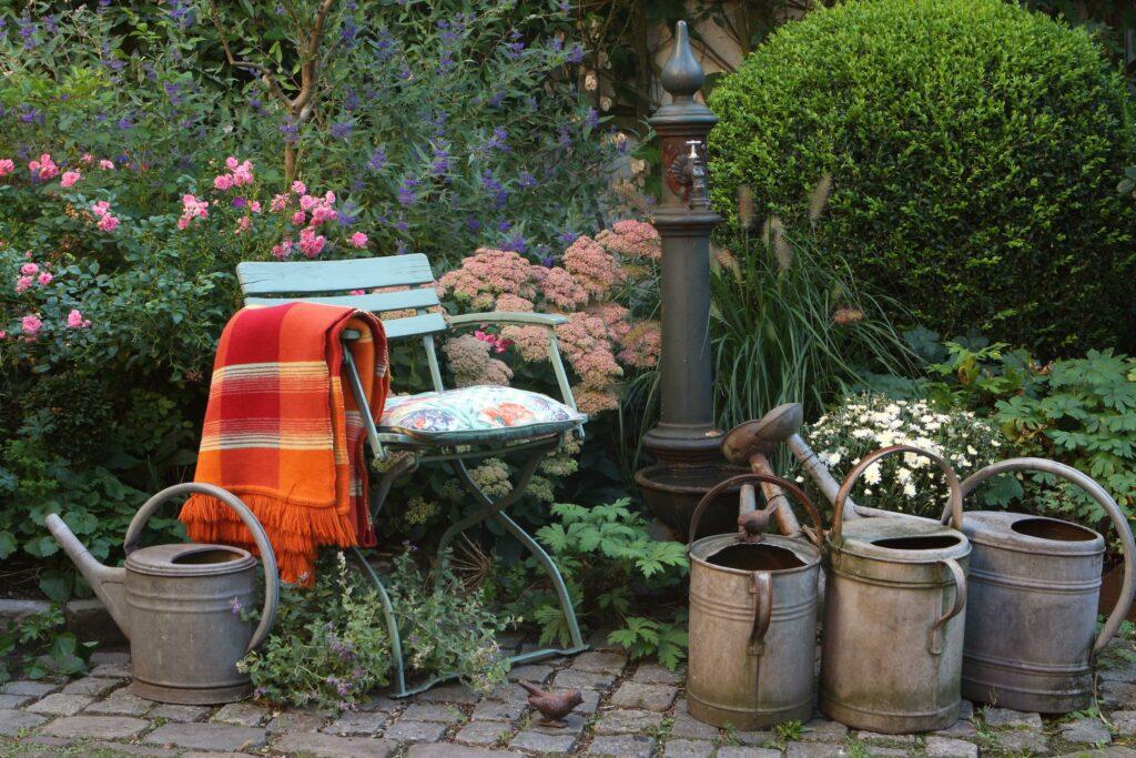 Kleine Möbelgruppe in Garten