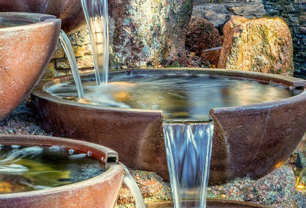 Wasserspiel in kleinem Garten