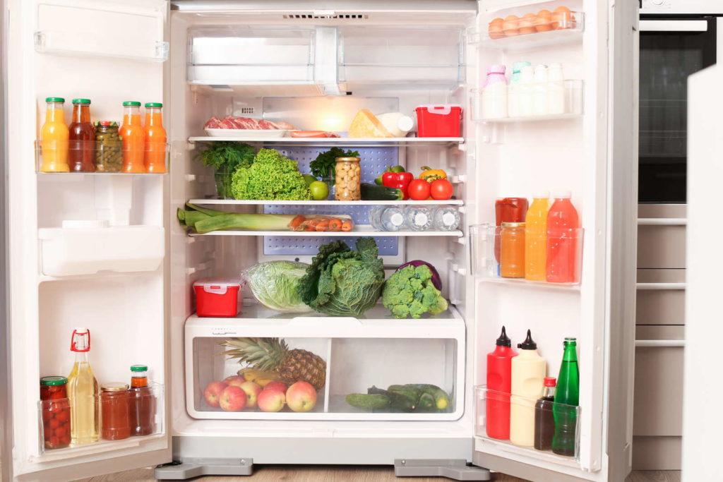 Offener Kühlschrank voller Lebensmittel