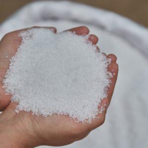 Weißer Magnesiumdünger Wird Hochgehalten