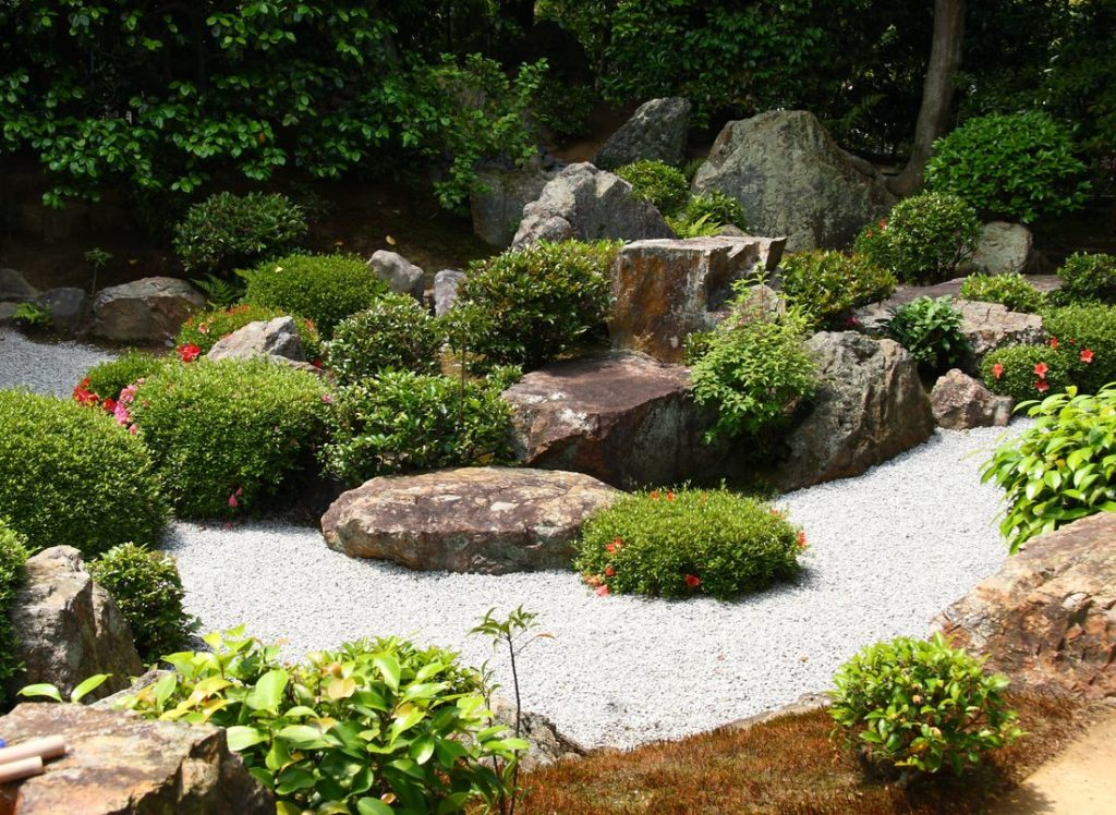 Moderner Zen-Garten mit Pflanzen