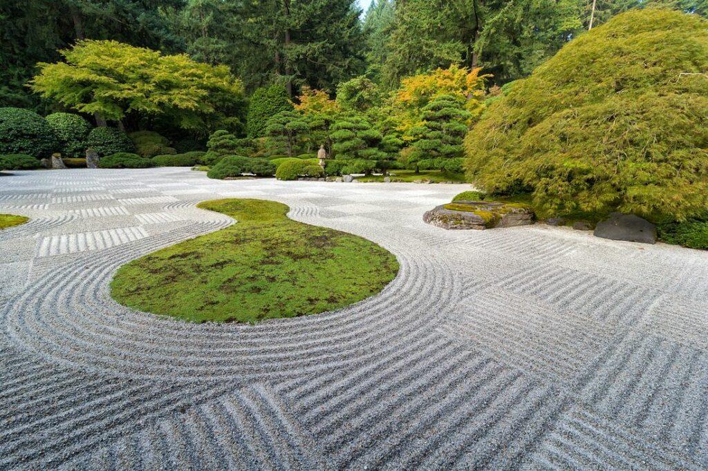 Muster im Kies im Zen-Garten