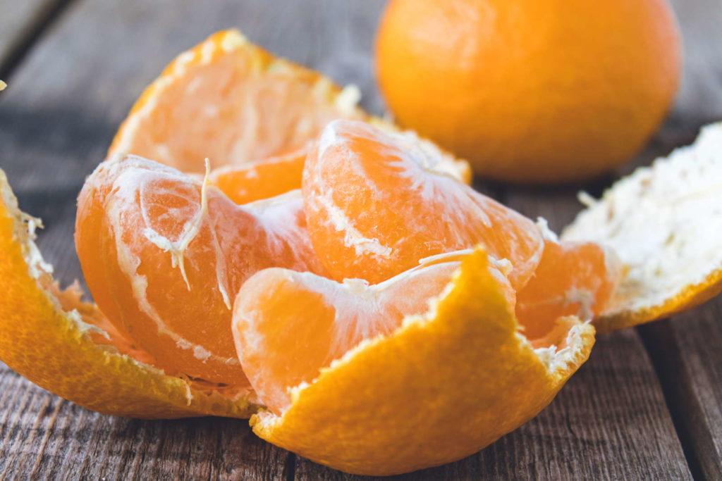 Mandarine geschält mit Stücken