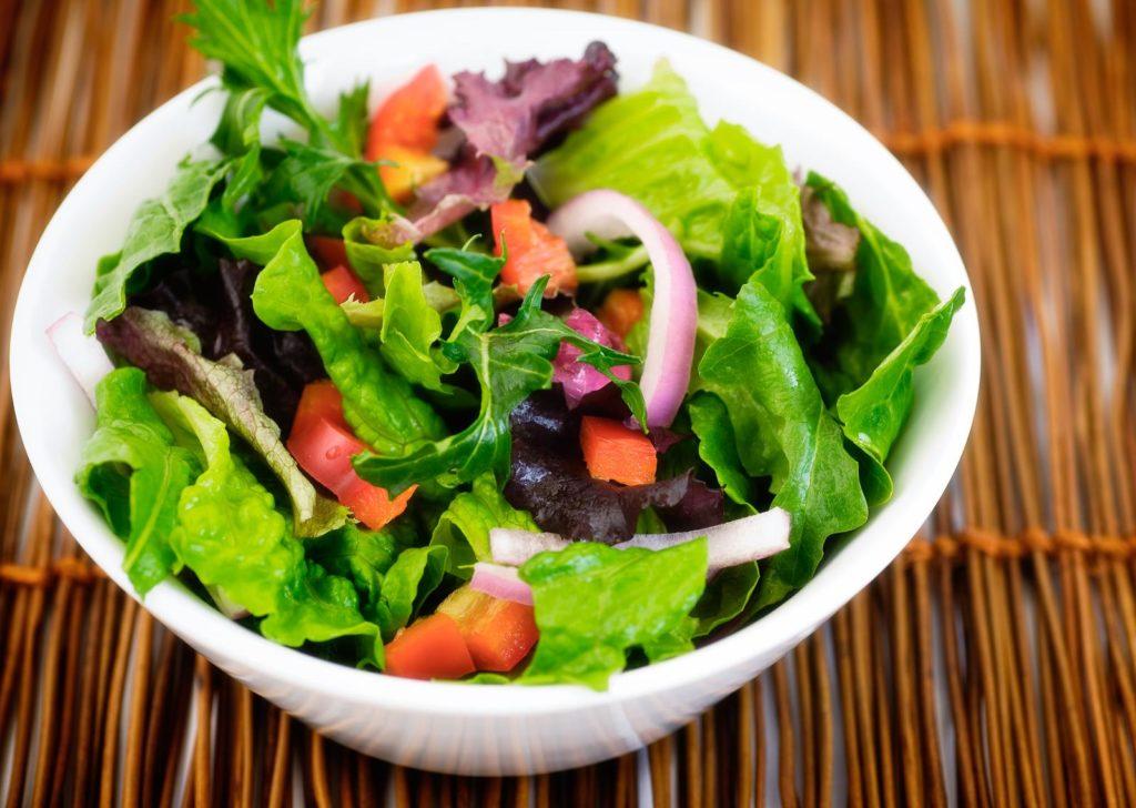 Eichblattsalat in Salatschüssel serviert