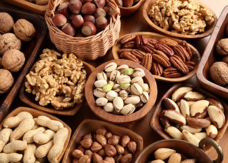 Nüsse In Schalen Auf Tisch
