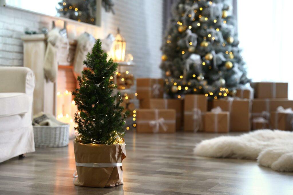 Kleiner Weihnachtsbaum im Wohnzimmer