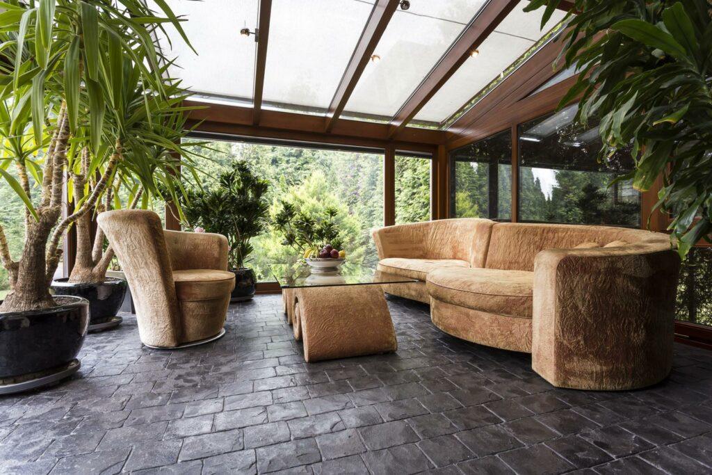 Wintergarten mit Pflanzen und Sofas