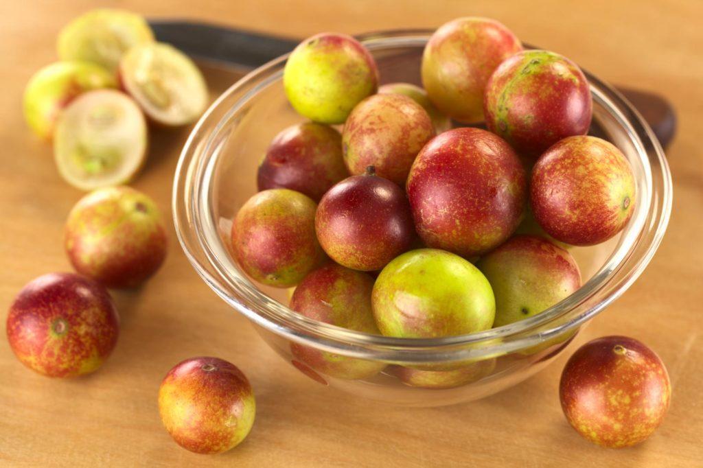 Camu-Camu Früchte in Glasschale