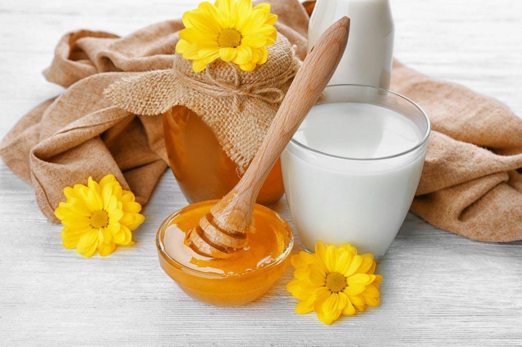 Honig und Milch auf Tisch