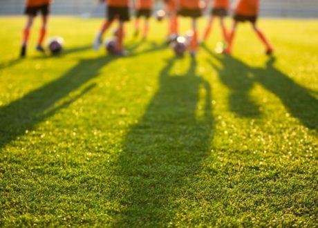 Kinder Auf Rasen Fußball Spielend