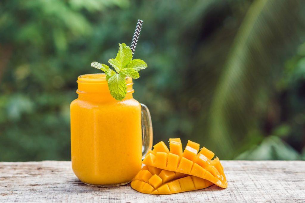 Mango aufgeschnitten und Saft