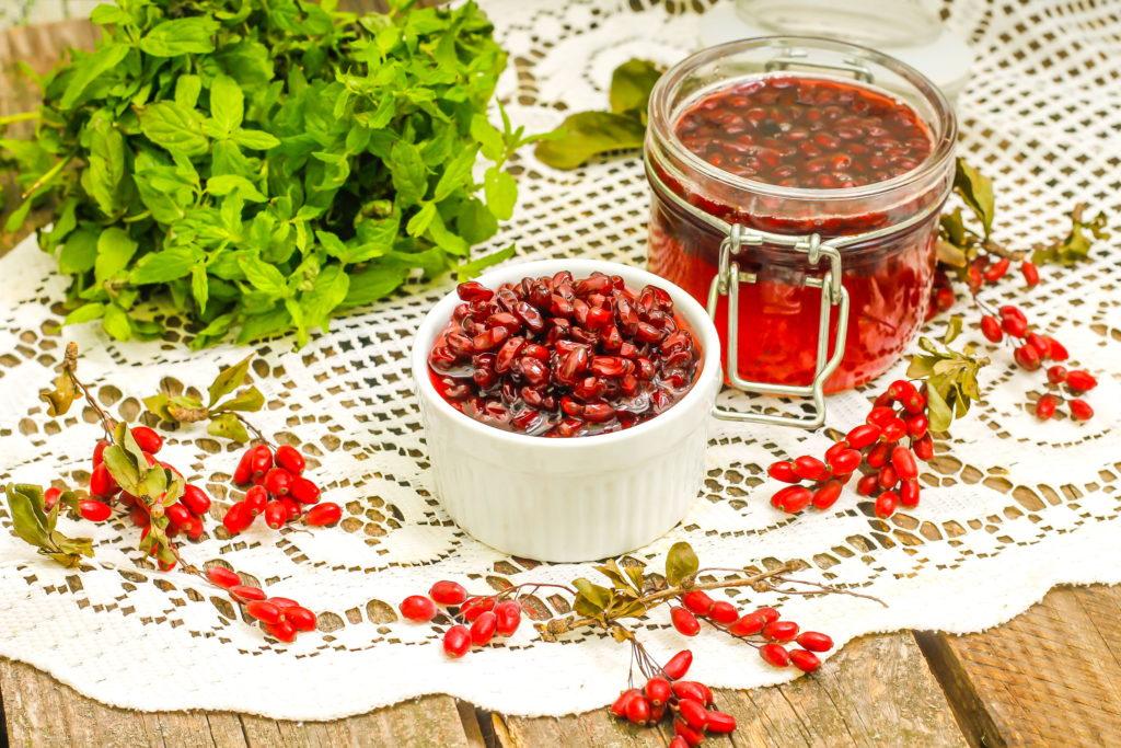 Marmelade im Glas aus Berberitzen-Früchten