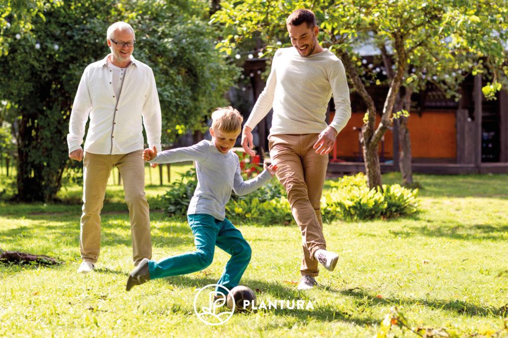 Rasen mit fußballspielenden Personen