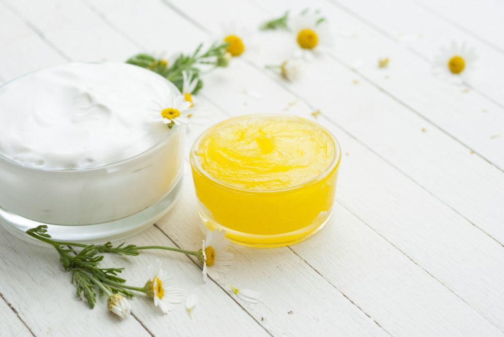 Ringelblumen-Salbe auf Tisch