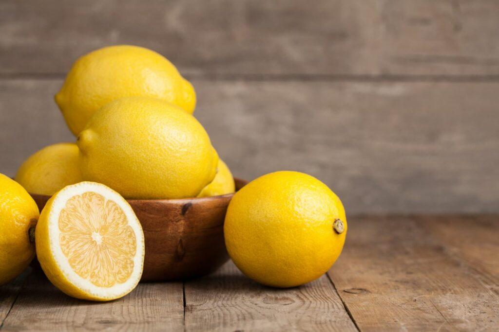Zitrone in Schale auf Tiscj