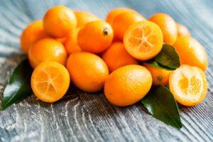 Kumquats Liegen In Einem Haufen Auf Einem Tisch