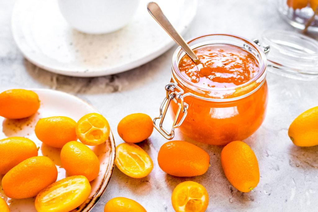 Kumquats und Kumquat-Marmelade auf einem Tisch
