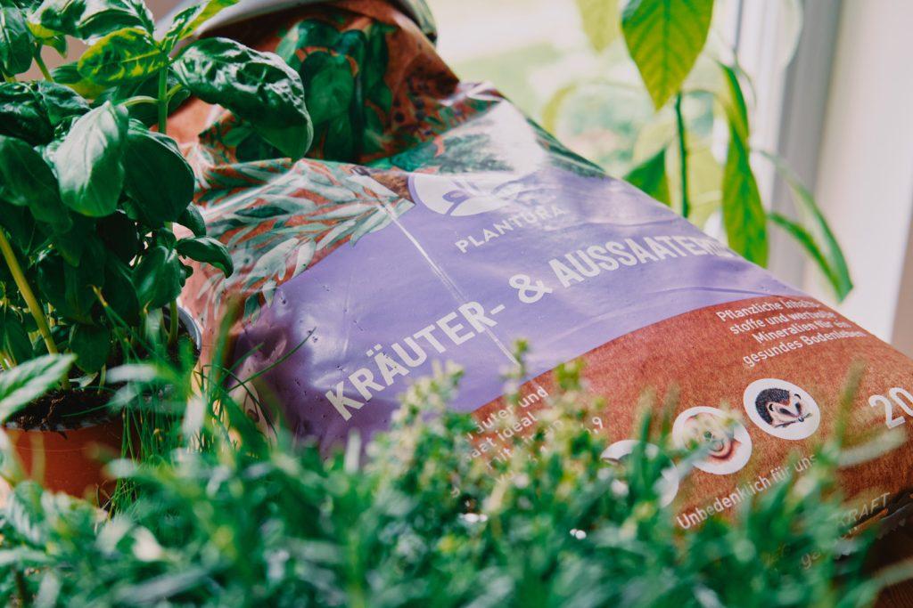Plantura Bio-Kräuter- & Aussaaterde mit Kräutern
