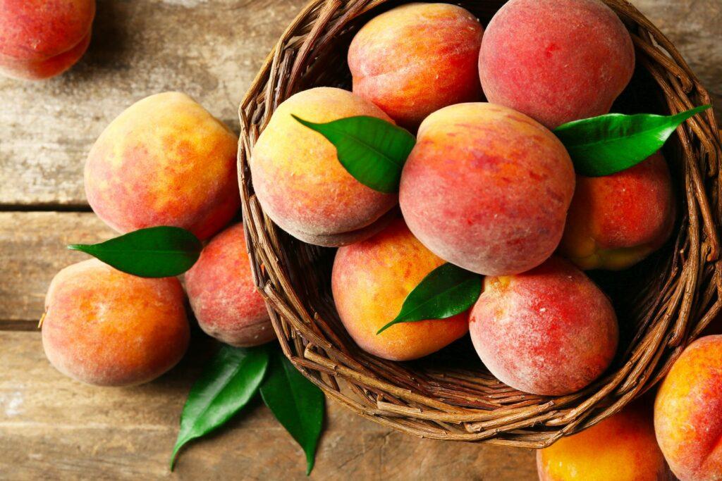 Reife Pfirsiche in einem Korb