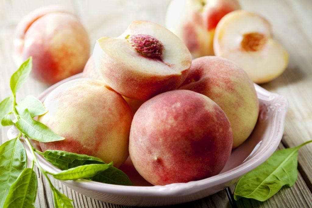 Weißfleischige Pfirsiche in einer Schüssel