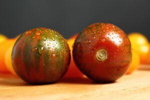 Black-Zebra-Tomaten Auf Einem Tisch