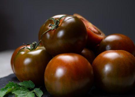 Dunkelrote Tomate Der Sorte Kumato