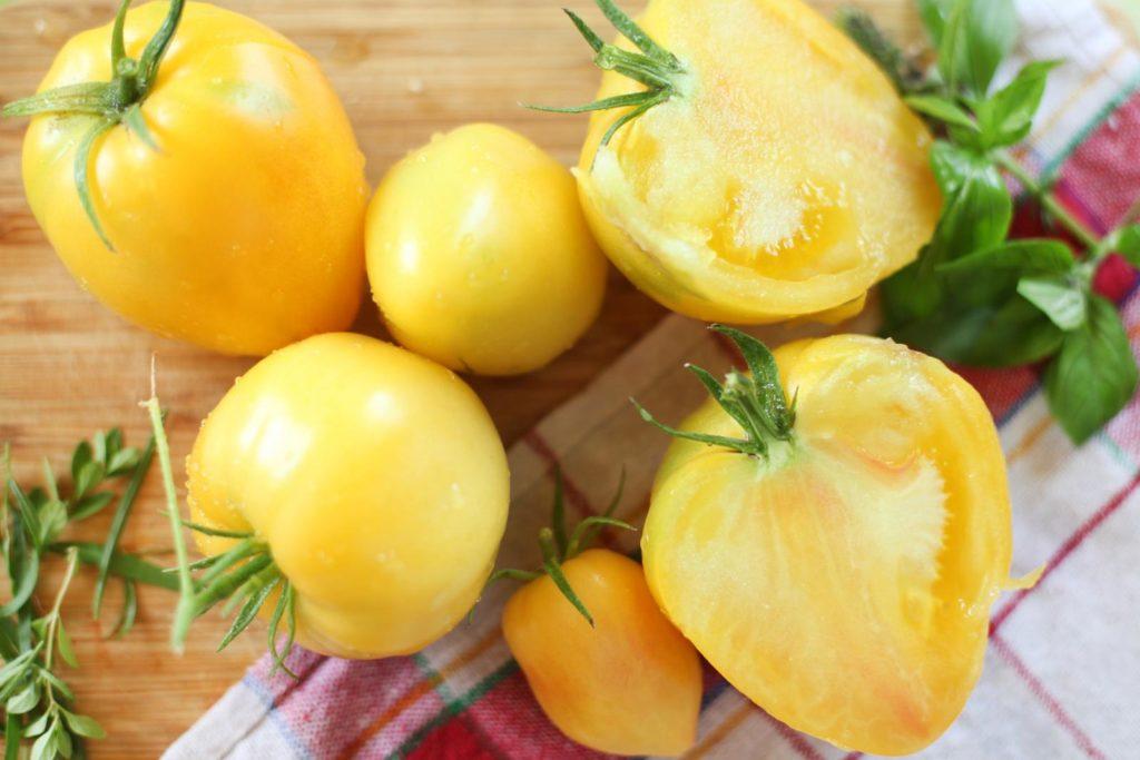 Aufgeschnittene, gelbe Tomate