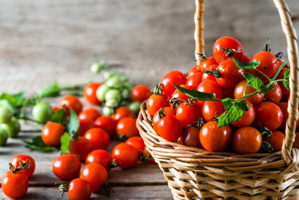 Kleine, rundliche, rote Tomaten