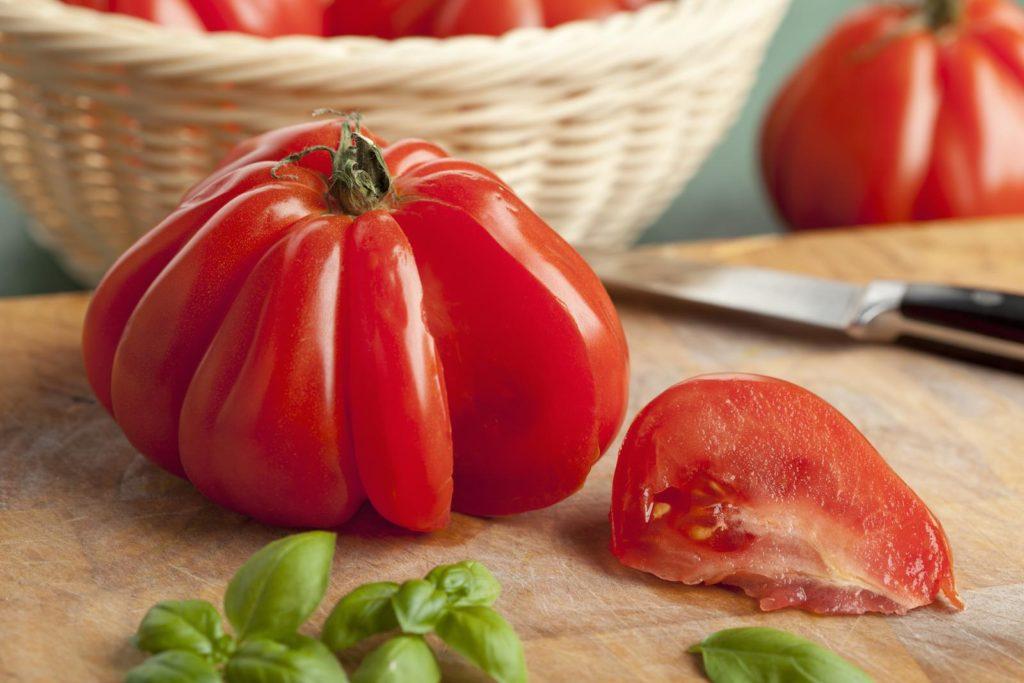 Aufgeschnittene, rote Tomate