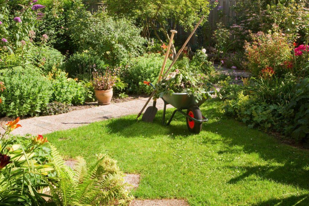 Schubkarre und Gartenwerkzeug im Garten