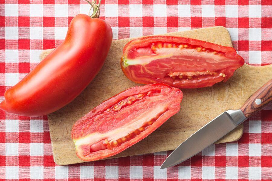Halbierte San-Marzano-Tomate