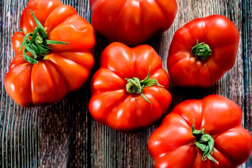 Reife Marmande-Tomaten auf einem Tisch