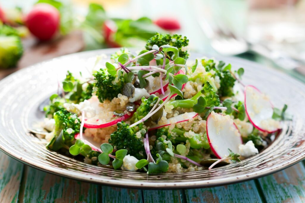 Inkarnat-Klee-Sprossen auf einem Salat