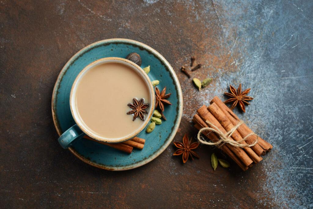 Tasse mit Kardamom-Tee