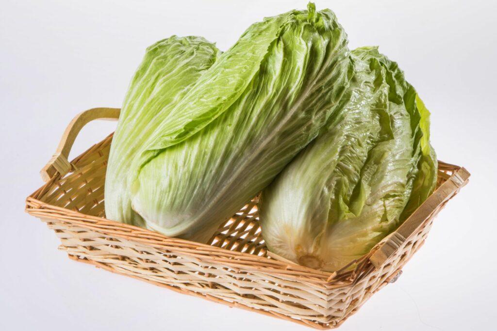 Fleischkraut-Salate in einem Korb