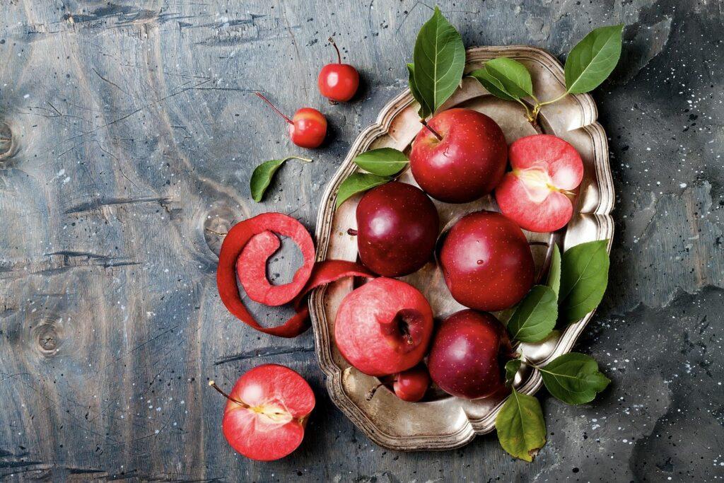 Baya-Marisa-Äpfel auf einem Tisch