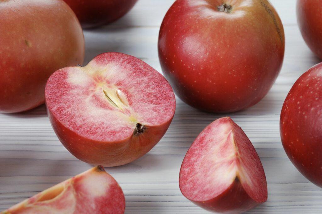 Apfel der Sorte Redlove