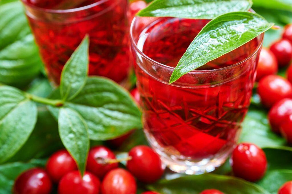 Kornelkirschen-Saft und reife Früchte