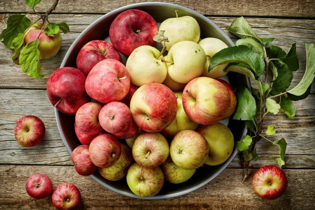 verschiedene Äpfel in einem Korb