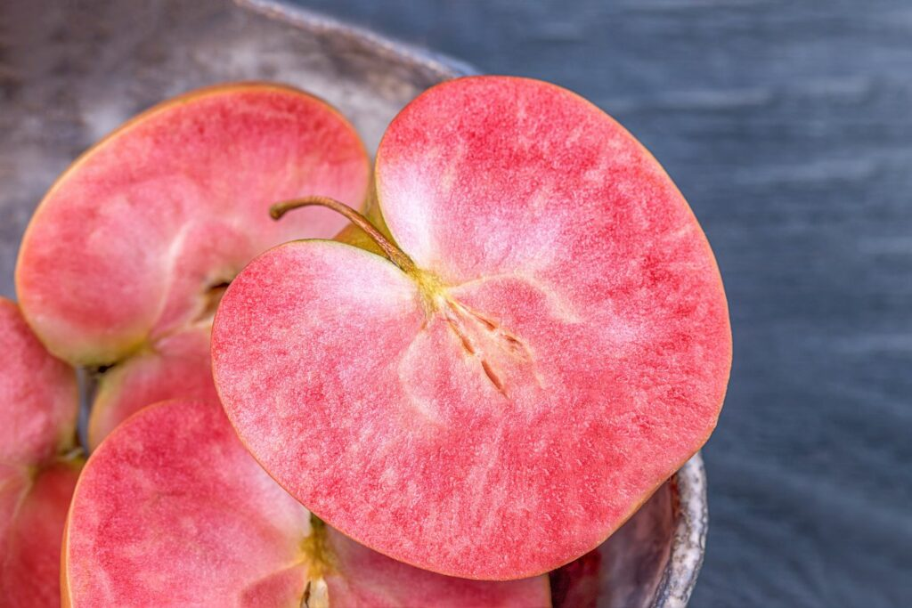 aufgeschnittener Roter-Mond-Apfel
