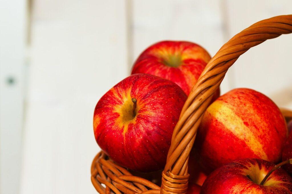 Rubinola-Äpfel in einem Korb