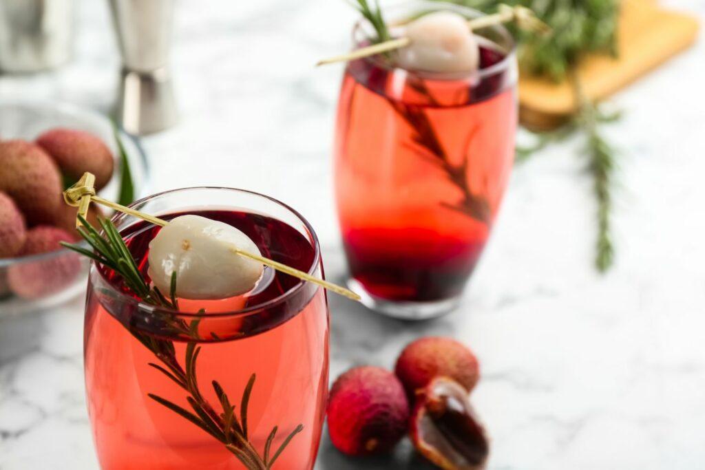 Cocktail mit Litschi und Rosmarin